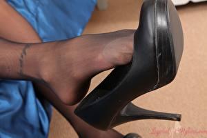 Desktop hintergrundbilder Großansicht Bein Stöckelschuh Strumpfhose junge frau