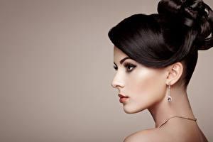 Hintergrundbilder Farbigen hintergrund Seitlich Schminke Frisuren Model Ohrring