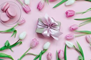 Hintergrundbilder Kekse Tulpen Farbigen hintergrund Schleife Schachtel Geschenke Teller Macarons das Essen Blumen