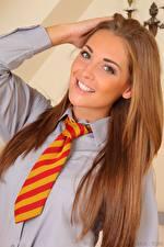 Fotos Daisy Watts Braune Haare Starren Lächeln Krawatte junge Frauen
