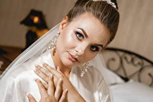 Bilder Finger Braune Haare Starren Ohrring Maniküre  junge frau