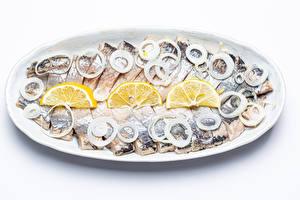 Bilder Fische - Lebensmittel Zwiebel Zitronen Weißer hintergrund Teller Geschnittene