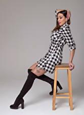 Hintergrundbilder Stühle Posiert Stiefel Bein Kleid Braune Haare Hand Natalia junge frau