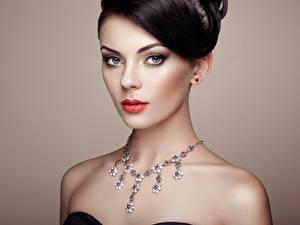 Fotos Halsketten Farbigen hintergrund Model Schminke Brünette Starren Schöne  junge frau