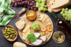 Desktop hintergrundbilder Oliven Käse Honig Wein Trauben Schneidebrett Flaschen Weinglas das Essen