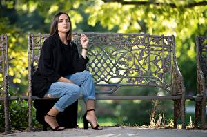 Fotos Bank (Möbel) Sitzt Jeans Mantel Starren Onella junge frau