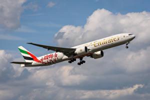 Tapety na pulpit Samoloty Samolot pasażerski Boeing Widok z boku 777-300 ER, Emirates