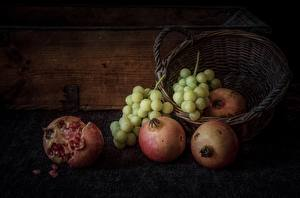 Hintergrundbilder Granatapfel Weintraube Stillleben Weidenkorb Lebensmittel