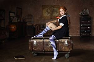 Bilder Sitzend Kleine Mädchen Rotschopf Schülerin Koffer Zopf Kinder