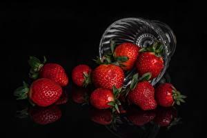 Hintergrundbilder Erdbeeren Schwarzer Hintergrund Schüssel