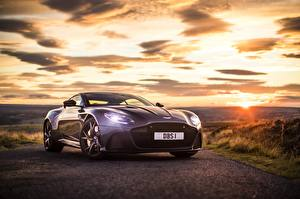 Fonds d'écran L'aube et le coucher du soleil Aston Martin Phare automobile Violet Métallique DBS, Superleggera voiture