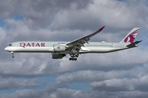 Desktop hintergrundbilder Airbus Flugzeuge Verkehrsflugzeug Seitlich Qatar Airways, A350-1000 Luftfahrt