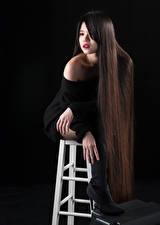 Fotos Asiatisches Schwarzer Hintergrund Stuhl Sitzend Stiefel Haar Schminke Model Mädchens