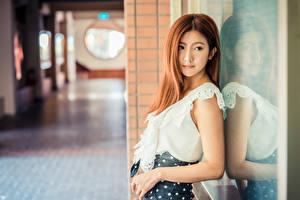Sfondi desktop Asiatici Ragazza capelli castani Braccia Riflesso Blusa Sfondo sfocato giovane donna