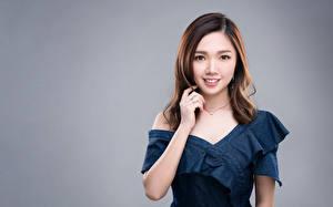 Hintergrundbilder Asiaten Farbigen hintergrund Kleid Hand Braune Haare Niedlich Starren Mädchens