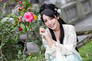 Bilder Asiaten Sitzt Hand Brünette Frisuren Lächeln Schöne junge frau