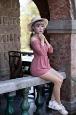 Fotos Asiatisches Sitzt Bein Kleid Hand Der Hut Süßes junge Frauen