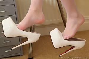 Bilder Großansicht Bein Stöckelschuh Strumpfhose Mädchens