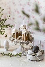 Fotos Ostern Backware Kerzen Zefir Eier Unscharfer Hintergrund