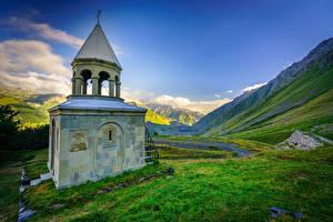 Bilder Georgien Kirchengebäude Berg Himmel Gras Ioane Natlismcemeli, Stepantsminda, Oni Natur