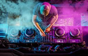 Hintergrundbilder DJ Von oben Baseballmütze Hand Mixer