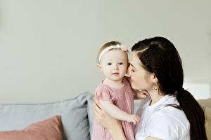 Hintergrundbilder Mutter Säugling Brünette 2 junge Frauen Kinder