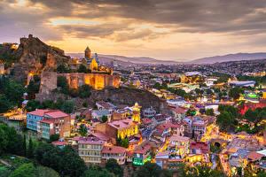 Bilder Berg Gebäude Georgien Abend Von oben Tbilisi Städte