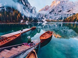 Hintergrundbilder Gebirge Italien See Boot Schiffsanleger Spiegelung Spiegelbild Lago di Braies, Dolomites Natur