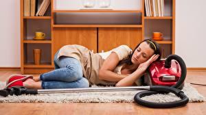 Hintergrundbilder Zimmer Teppich Liegen Jeans T-Shirt Schlafendes Brünette Ausruhen Staubsauger junge frau