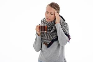 Hintergrundbilder Tee Weißer hintergrund Braune Haare Hand Becher Schal headache Mädchens
