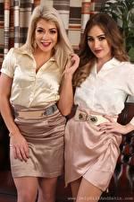 Bilder Tillie Model Rachelle Summers 2 Blondine Braune Haare Starren Lächeln Hand Rock