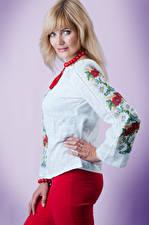 Hintergrundbilder Posiert Farbigen hintergrund Hemd Blondine Starren Veronica, Andrew Filonenko junge frau