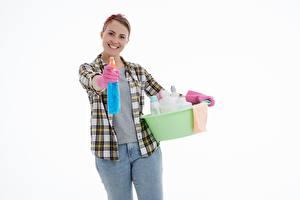 Hintergrundbilder Weißer hintergrund Braune Haare Starren Lächeln Hand Handschuh Hemd Jeans Mädchens