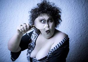 Hintergrundbilder Erwachsene Frau Brust Vergrößerungsglas Überraschtes