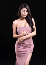 Hintergrundbilder Asiaten Schwarzer Hintergrund Kleid Hand Starren junge Frauen