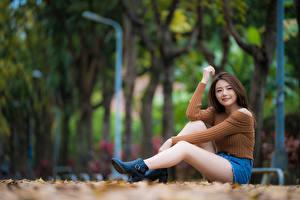 Desktop hintergrundbilder Asiatische Bokeh Sitzt Bein Shorts Sweatshirt Blick junge Frauen