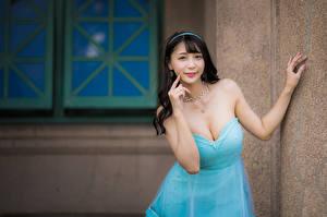 Bakgrunnsbilder Asiatisk Brunette jente Kjole Utringning Hender Ser ung kvinne