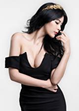 Hintergrundbilder Asiatische Brünette Grauer Hintergrund Kleid Dekolleté Hand Mädchens