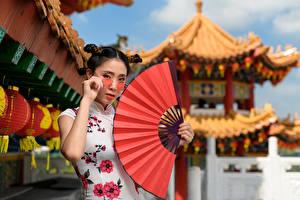 Bilder Asiaten Brille Fächer Frisuren Kleid Starren junge frau
