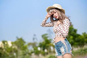 Fotos Asiaten Der Hut Shorts Bluse Starren Unscharfer Hintergrund junge Frauen