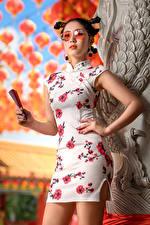 Bilder Asiatisches Pose Kleid Frisuren Fächer Brille junge Frauen