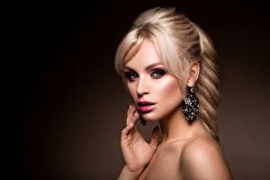 Hintergrundbilder Blond Mädchen Make Up Blick Model Ohrring Frisur junge Frauen