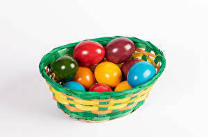 Fondos de escritorio Pascua El fondo blanco Cesta de mimbre Huevos Multicolor comida