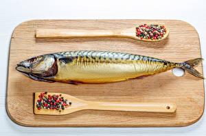 Fotos Fische - Lebensmittel Gewürze Schwarzer Pfeffer Schneidebrett Löffel das Essen