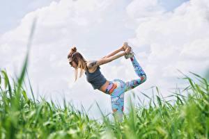Fotos Fitness Gras Joga Dehnübung Brille Pose Trainieren Mädchens