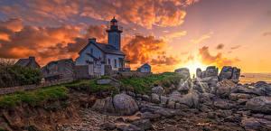 Fotos Frankreich Leuchtturm Sonnenaufgänge und Sonnenuntergänge Stein Wolke Lighthouse of Pontusval Natur