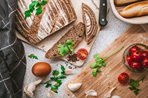 Pictures Garlic Bread Tomatoes Cutting board Eggs Sliced food