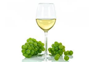 Bilder Weintraube Wein Weißer hintergrund Weinglas