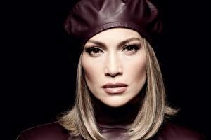 Bakgrunnsbilder Jennifer Lopez Svart bakgrunn Ser Beret Mørk blond Kjendiser Unge_kvinner