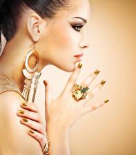 Bilder Schmuck Farbigen hintergrund Gesicht Seitlich Ohrring Hand Maniküre Model junge Frauen